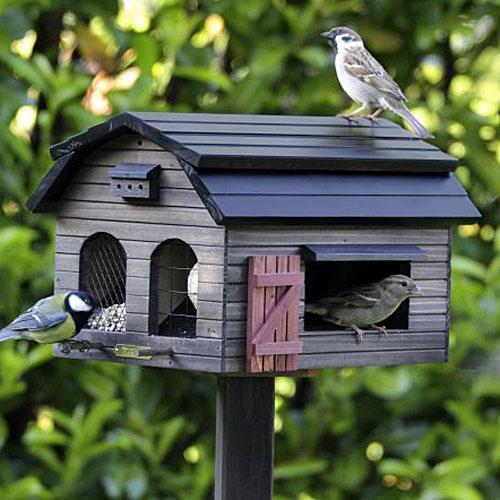 Brun fågelmatare i trä