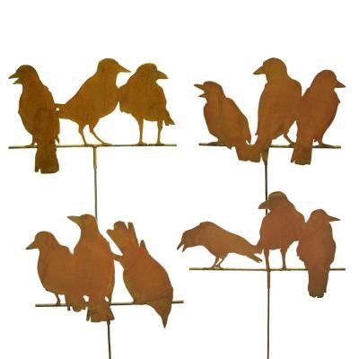 Kråkor, rostiga på spjut