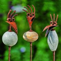 Fula fåglar på spröt