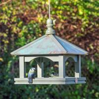 Klassiskt fågelbord med koppartak
